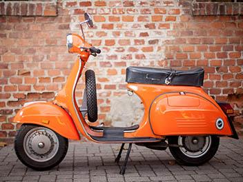 Vespa 125 orange Seitenansicht